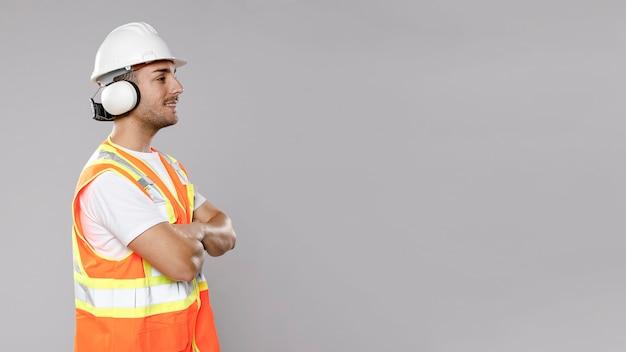 Vista lateral do engenheiro masculino com capacete