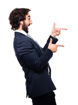 Vista lateral do executivo elegante que mostra gestos com as mãos
