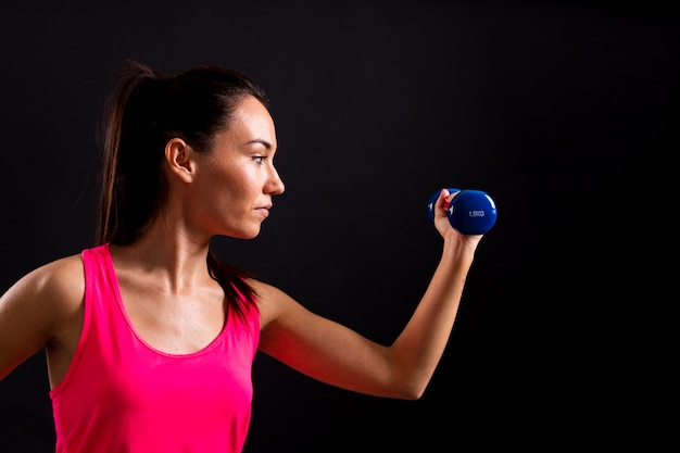 Vista lateral do exercício feminino com pesos
