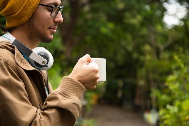 Vista lateral do homem bebendo café