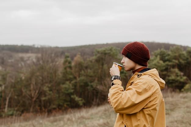 Vista lateral do homem bebendo chá
