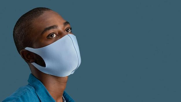 Vista lateral do homem com máscara facial e copie o espaço