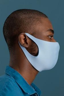 Vista lateral do homem com máscara facial