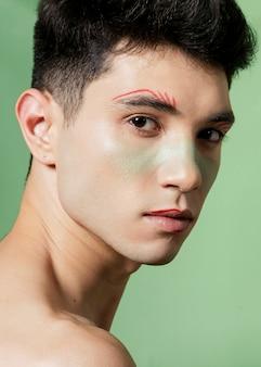 Vista lateral do homem com o rosto pintado