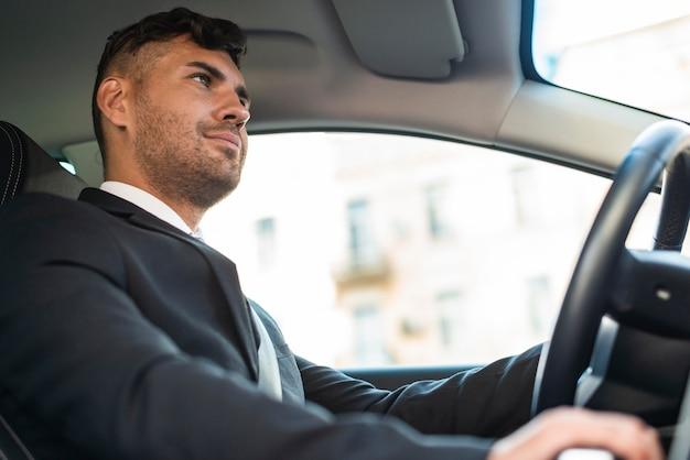 Vista lateral do homem de negócios dirigindo
