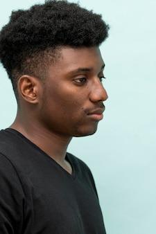 Vista lateral do homem negro triste