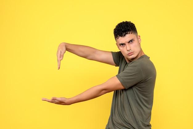 Vista lateral do homem que o cara pensativo aponta para a palma da mão