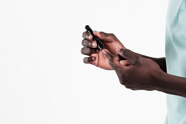 Vista lateral do homem recebendo tiro diabético