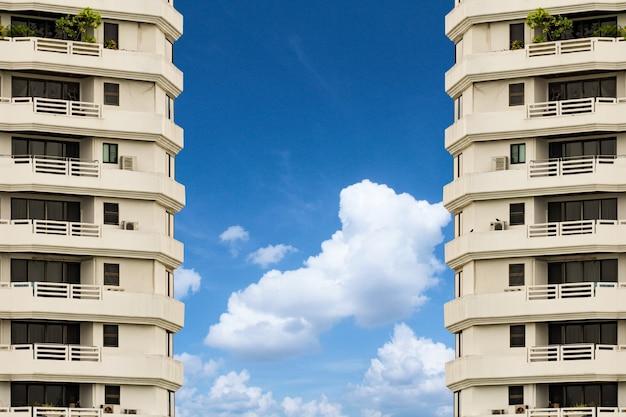 Vista lateral do hotel gêmeo contra o fundo do céu azul em uma moldura horizontal.