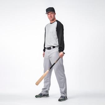 Vista lateral do jogador de beisebol usando boné
