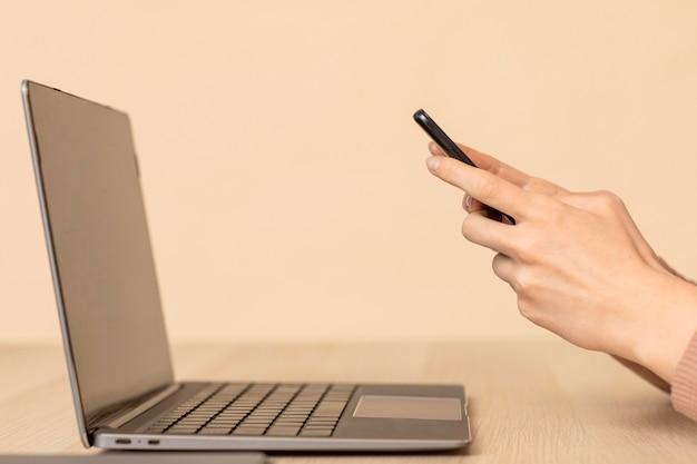 Vista lateral do laptop e celular