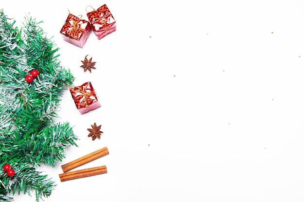 Vista lateral do layout de natal de cima. natal e ano novo. copie o espaço. ramo de abeto. presentes vermelhos. fundo branco. artigo sobre natal