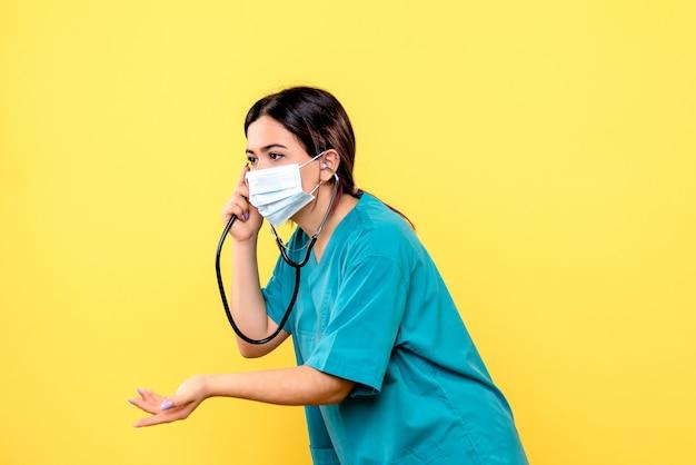 Vista lateral do médico com estetoscópio incentiva as pessoas a usarem máscara