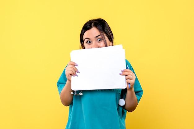 Vista lateral do médico sabe como curar pacientes com cobiça