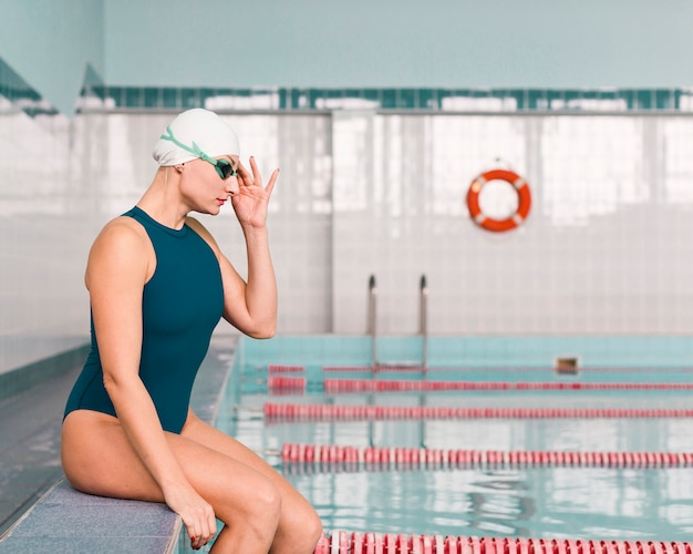 Vista lateral do nadador profissional