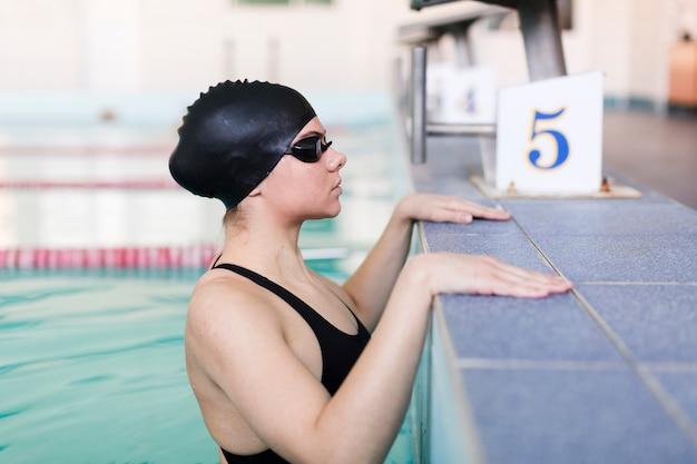 Vista lateral do nadador saudável