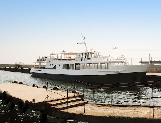 Vista lateral do navio de passageiros ou barco a vapor ancorado no porto no mar