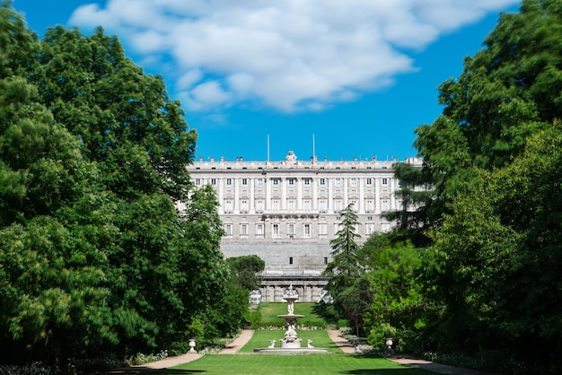 Vista lateral do palácio real de madrid visto dos jardins campo del moro