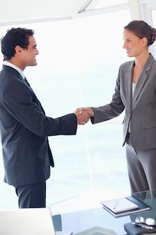 Vista lateral do parceiro de negócios concordando com um acordo