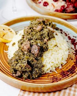 Vista lateral do pilau com ervas estufadas de carne e especiarias
