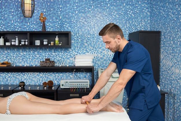Vista lateral do processo de fazer massagem crioula no salão spa