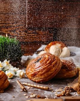 Vista lateral do tradicional shorgogal do azerbaijão preenchido com mistura picante no rústico com nozes