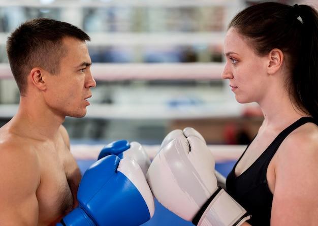 Vista lateral dos boxeadores, confrontando-se