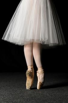 Vista lateral dos pés de bailarina com sapatilhas