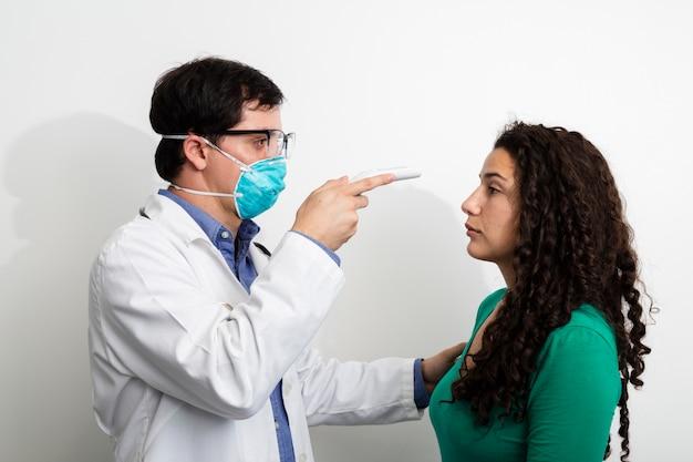 Vista lateral, doutor, examinando, mulher