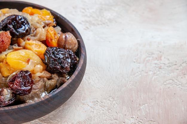 Vista lateral em close-up, arroz pilaf, castanhas, frutas secas na mesa