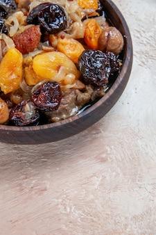 Vista lateral em close-up de arroz pilaf com frutas secas na mesa
