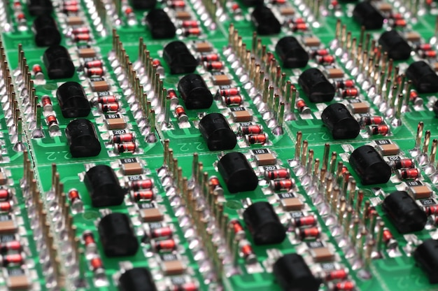 Vista lateral em close-up de uma placa pcb com componentes smd
