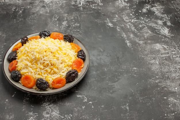 Vista lateral em close-up do arroz com arroz e frutas secas no prato