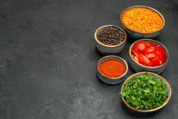 Vista lateral em close-up lentilha lentilha ervas tomates pimenta preta especiarias