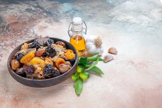 Vista lateral em close-up pilaf óleo de alho frutas cítricas tigela de pilaf marrom