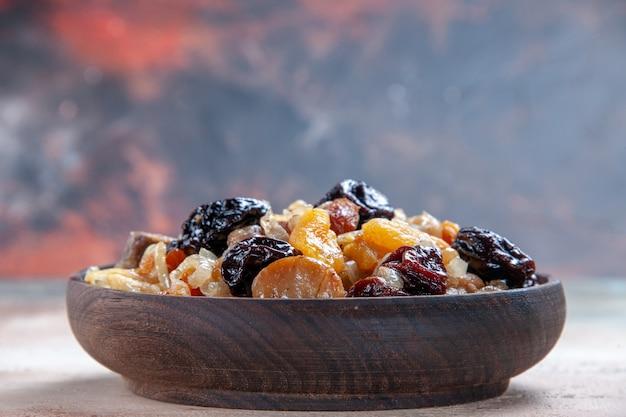 Vista lateral em close-up pilaf um apetitoso arroz com castanhas na mesa