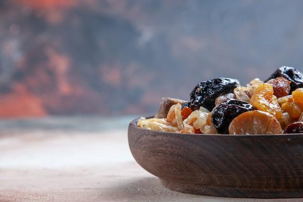 Vista lateral em close-up pilaf um apetitoso arroz com castanhas