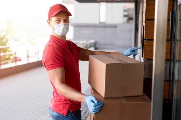 Vista lateral entrega homem trabalhando