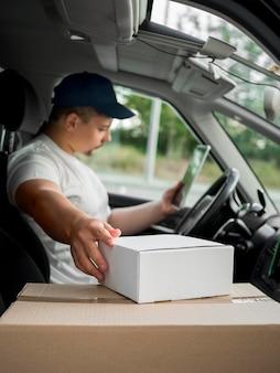 Vista lateral entregador no carro
