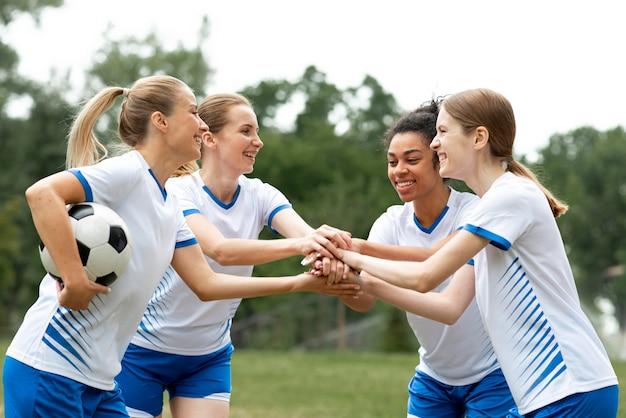 Vista lateral equipe feminina feliz