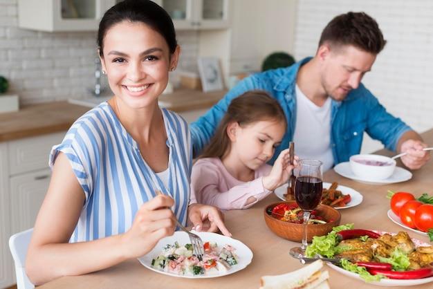 Vista lateral família feliz em casa