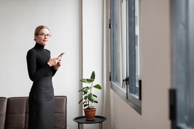 Vista lateral fêmea moderna com mobile