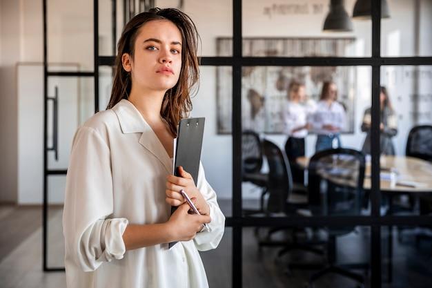 Vista lateral feminina corporativa no escritório