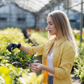 Vista lateral feminino cuidar de plantas