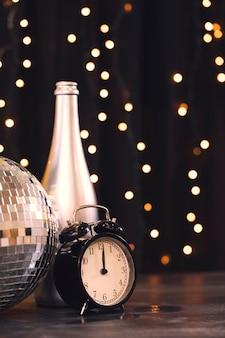 Vista lateral festa de ano novo com tema prata