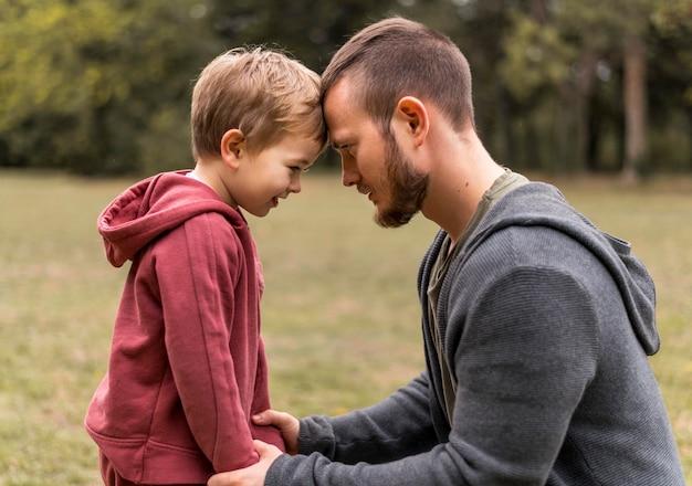 Vista lateral filho e filha ao ar livre