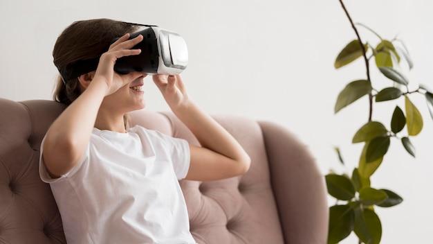 Vista lateral firl com fone de ouvido de realidade virtual