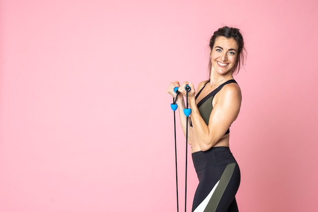 Vista lateral fitness mulher treinando e esticando na copyspace isolado