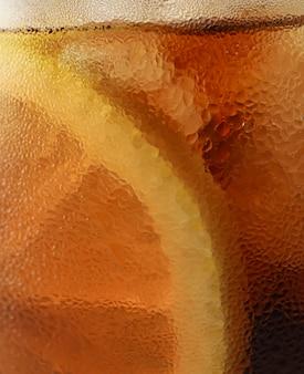 Vista lateral fundo de cola fria com gelo no copo