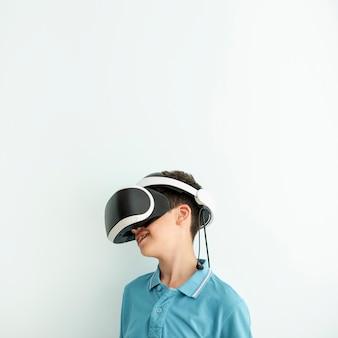 Vista lateral garoto usando óculos de realidade virtual
